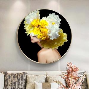 Tranh tròn chân dung cô gái và hoa vàng