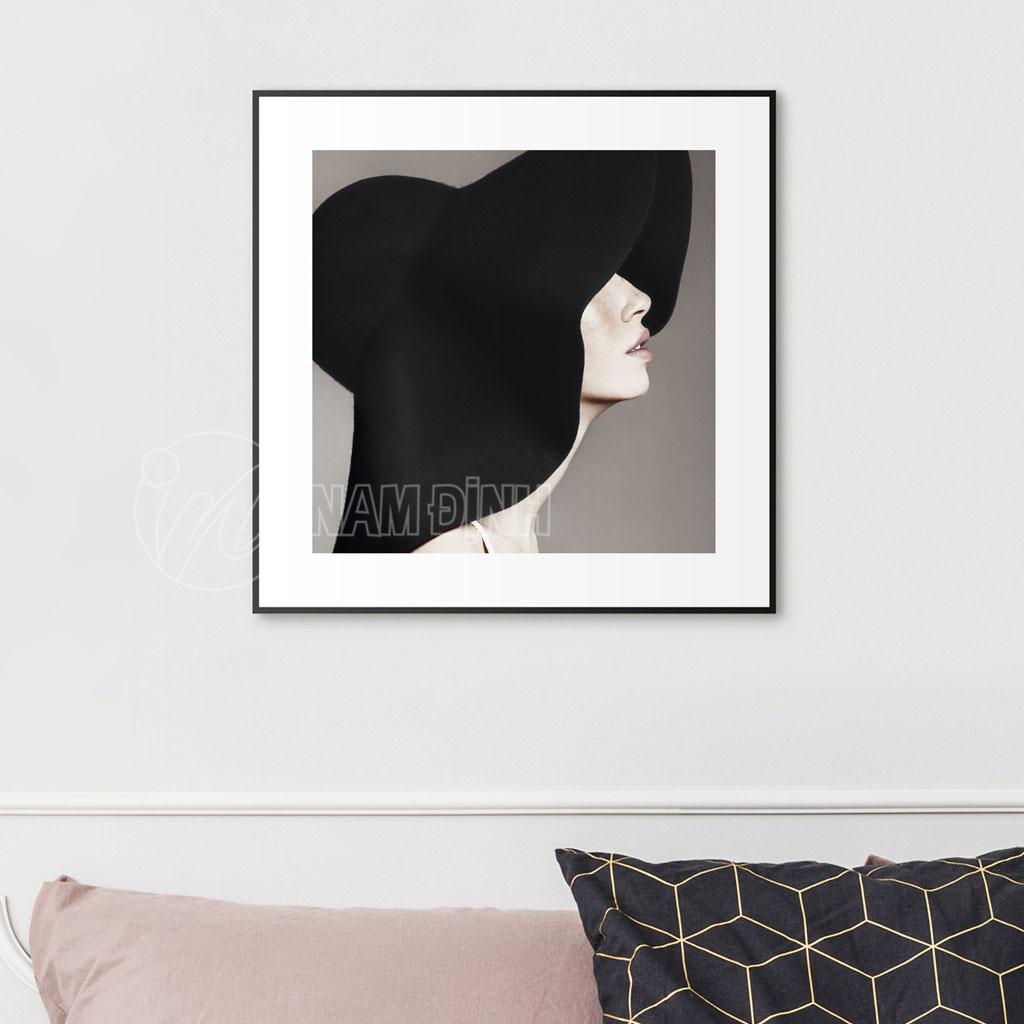 Cô gái nón đen